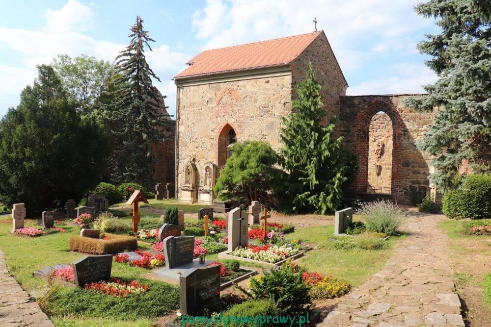 Ruiny kościoła św. Mikołaja i cmentarz serbski